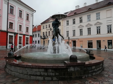 Fountain of the Kissing Students